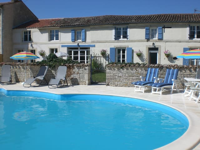 Charming Double Bedroom - La Maison des Tournesols - Vallans - Bed & Breakfast