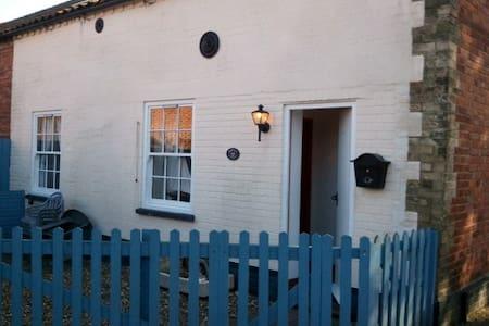 Seaside character cottage, sleeps 4 - Wells-next-the-Sea
