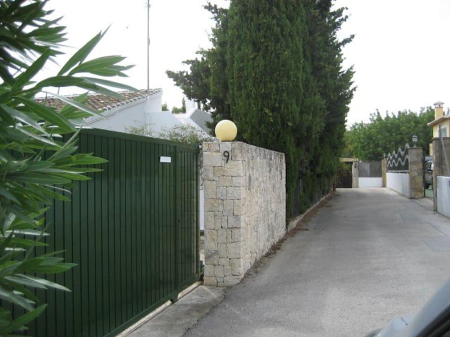 Acceso al jardín con cierre muy seguro. Situado al pie del Parque Natural del Montgó