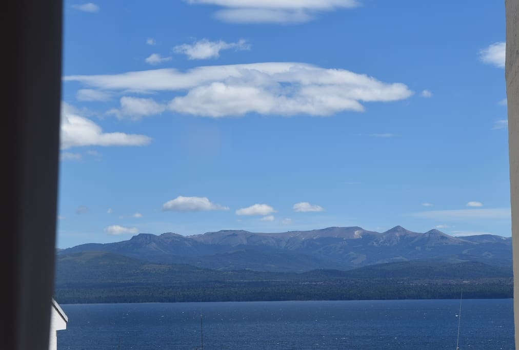 Vista al lago Nahuel Huapí y la cordillera