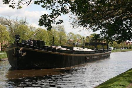 Historische woonboot in stadspark - Bruges