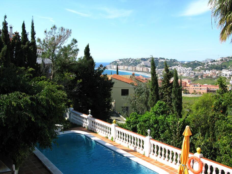 Von Haus haben Sie eine schönen Blick auf das Meer, die Berge und die Playa Velilla