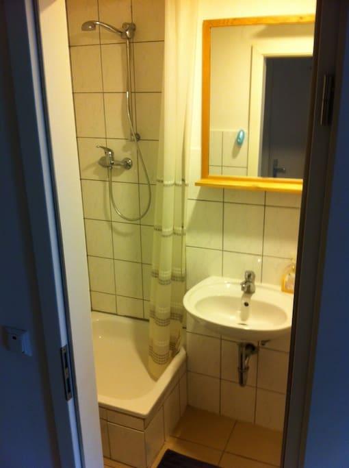 separates Bad, mit Dusche und Toilette