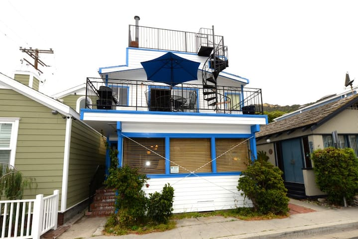 2 Story Home, Outdoor Deck, 2 Blocks to Beach