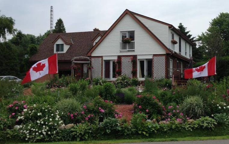 The Admiral's Suite -27 Roses B&B - Morrisburg - Bed & Breakfast