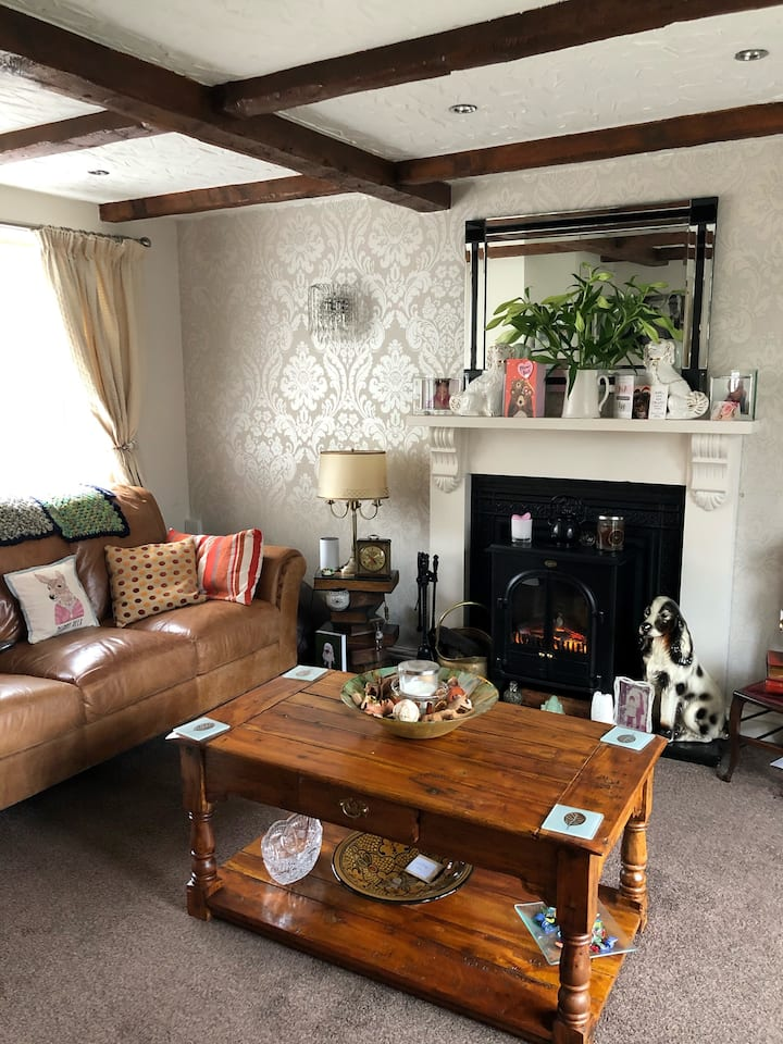 WARM, COSY COTTAGE. DIRECT LINK TO MANCHESTER CITY