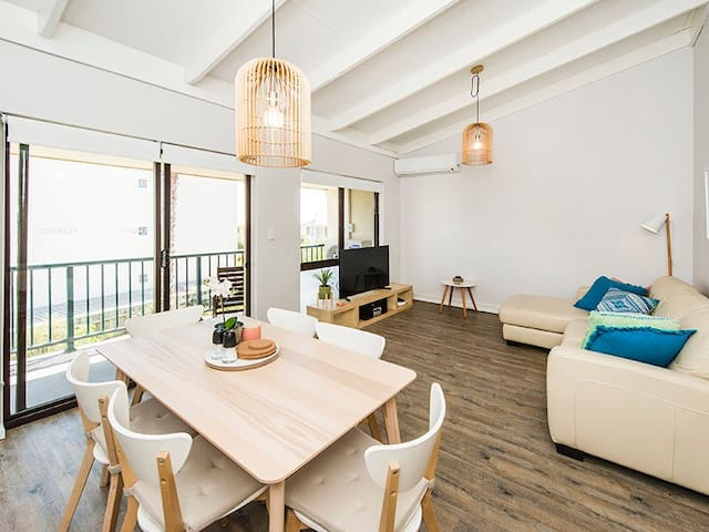 BEACH PAD - Scarborough  - Apartment