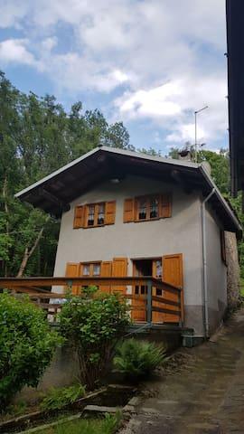 Casa immersa nel silenzio del bosco