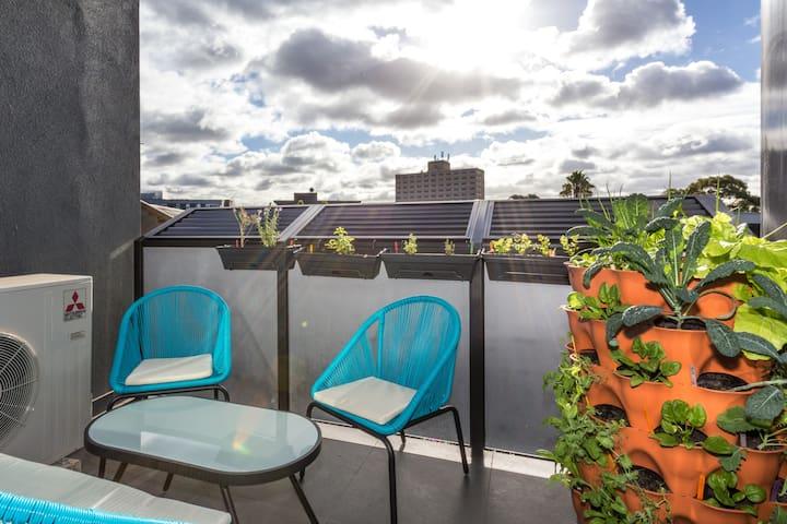 St Kilda: Private Bed & Bathroom, Sunny & NEW