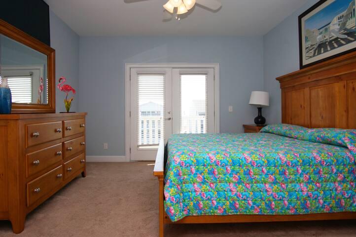 Furniture,Bedroom,Indoors,Room,Bed
