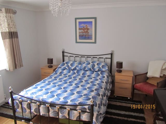Comfortable modern room and b/room - Woolpit - Casa