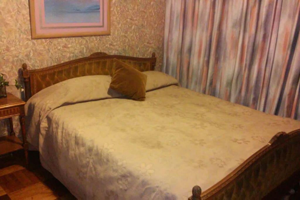 Pieza con cama de dos plaza