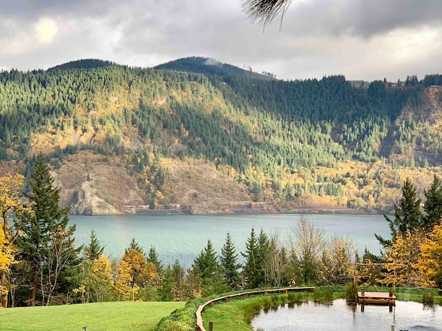 Scenic Log Cabin in the Columbia River Gorge