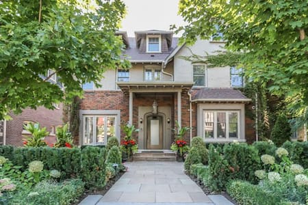 When only the very best will do. Incredible 5 bedroom, 6 bathroom lux. home in mid-town Toronto. Walk to subway, shopping, dining etc.. Min 2 night stay. Available on weekends (Fri - Sun) in August. Daily housekeeping  included.