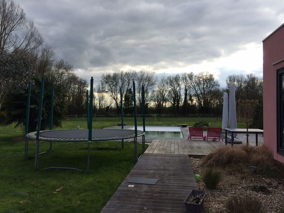 Grand jardin au calme, trampoline, ping pong, terrain boules, poules