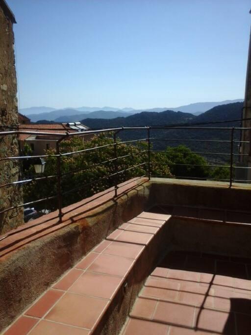 terrasse sécurisée et vue sur les montagnes