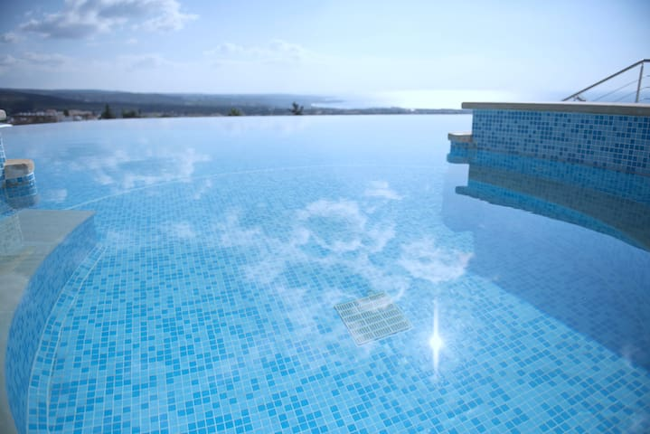 The Mediterranean Suite - jacuzzi, infinity pool.