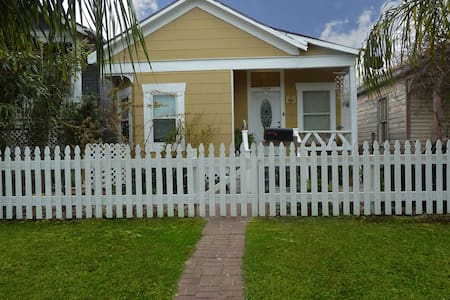 The Pelican Cove | 2 Blocks From Beach | Pets OK - Galveston - Hús