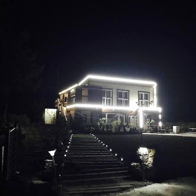 해가지면  LED등이 켜져 정원에서 제주의 밤하늘을~~^^