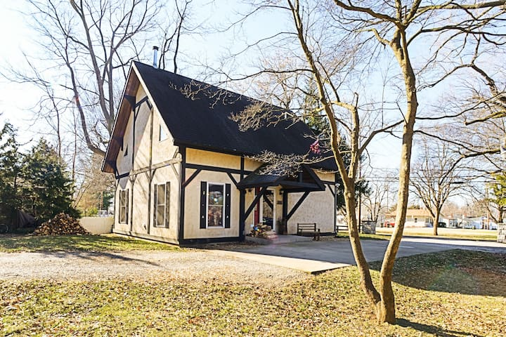 Countryside Chalet, Walk to Town,  Minutes To STL - Waterloo - Chalupa