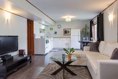 Private Suite with views - Port Moody - Hus