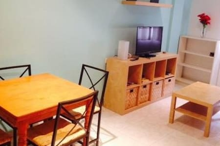 Room with twin mattress in a quaint apartment near Plaza Circular. Has AC/heating, wifi. Close to shopping, city bus line/tranvia, and the university. Private toilet and sink, and shared shower in 2nd bathroom.  Hablamos inglés y español.