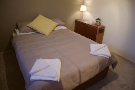 Private Queen Room. Close to CBD. - Fullarton
