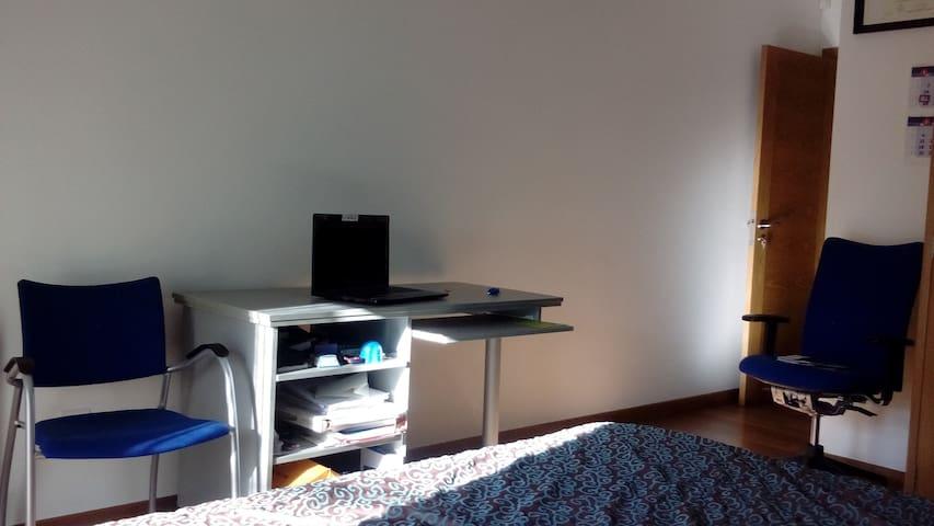 Práctica mesa-escritorio con 2 cómodas baldas extraibles.