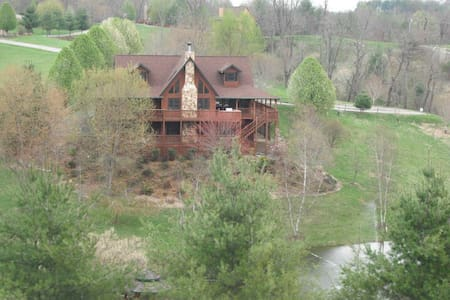 Large Cabin with Private Pond - Piney Creek