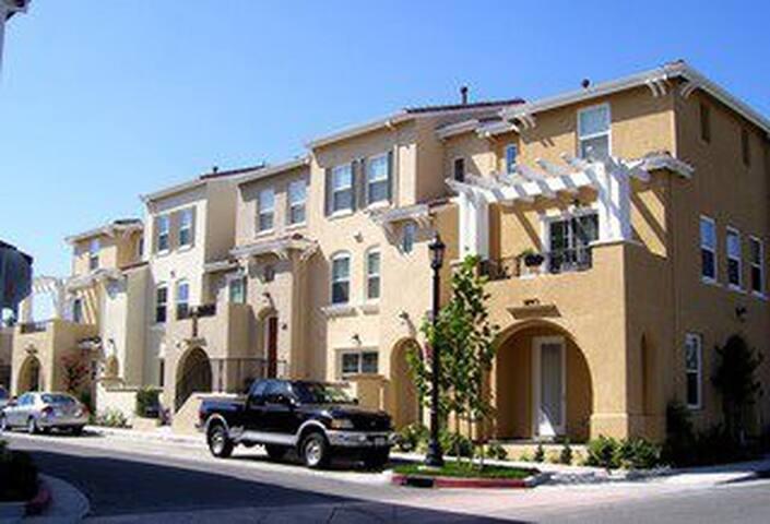 New Townhouse Close To Shopping - Santa Clara - Hus