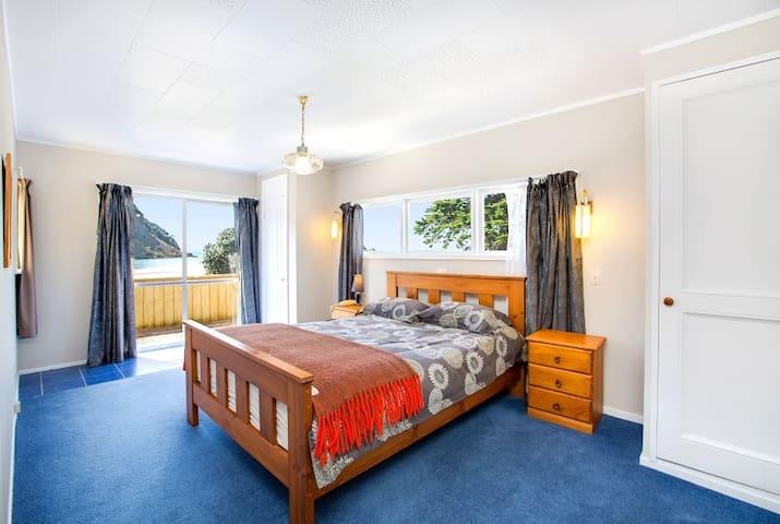 Absolute Beachfront Holiday House - Waiwera - House