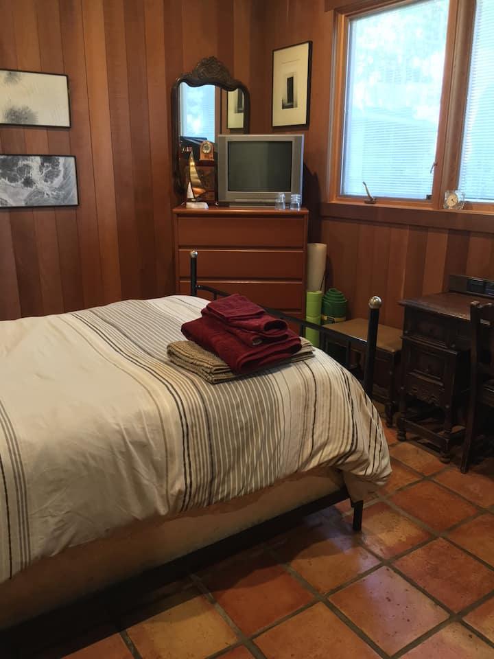 Private room in El Cerrito, friendly to dogs