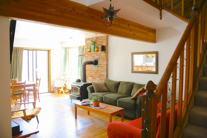 Sunny mountain getaway with private hot tub - Fraser - Townhouse
