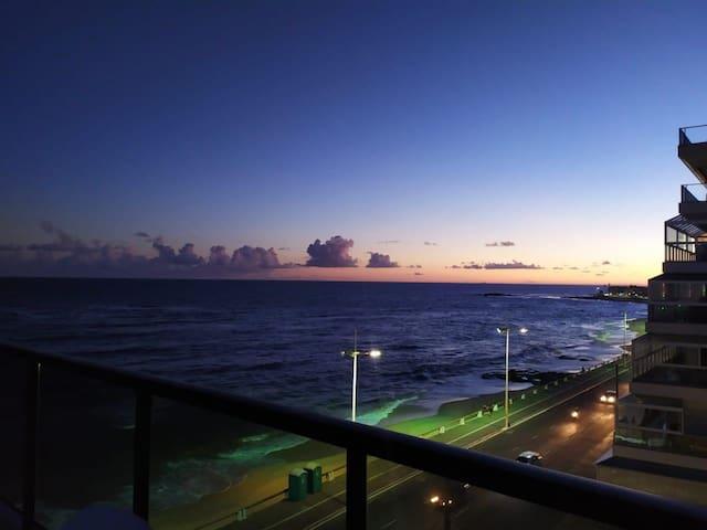 Flat com vista mar decorado com requinte e charme.