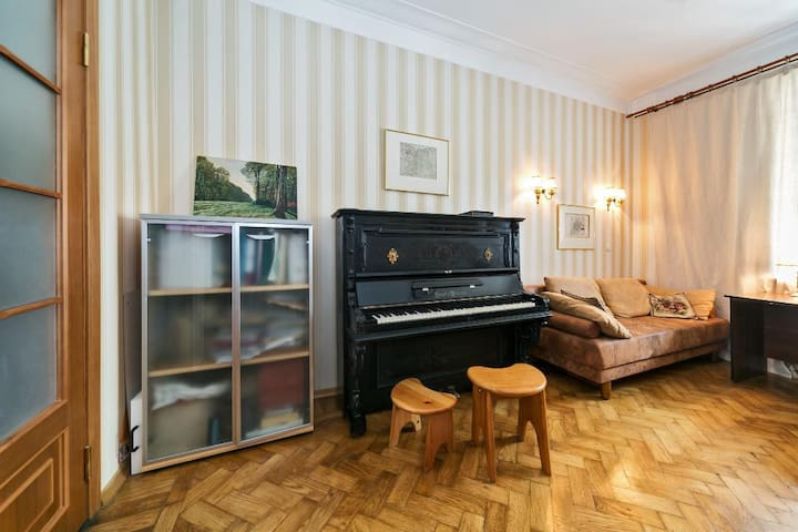 Уютная комната-спальня плюс комната с пианино