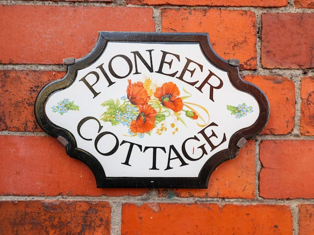 PIONEER COTTAGE, family friendly, with hot tub in Caerwys, Ref 985995