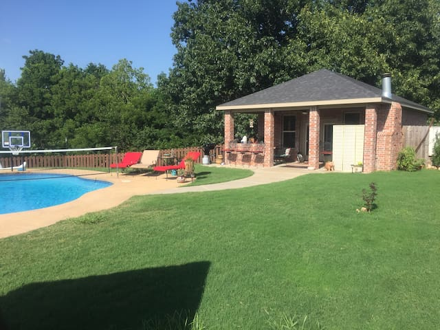 Private pool house with pool and massive grill - Fayetteville