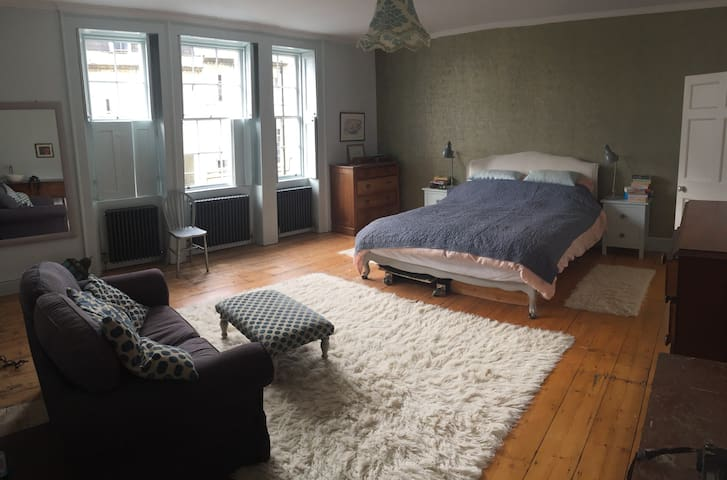 Adjacent double bedrooms in Georgian town house - Bath - Radhus