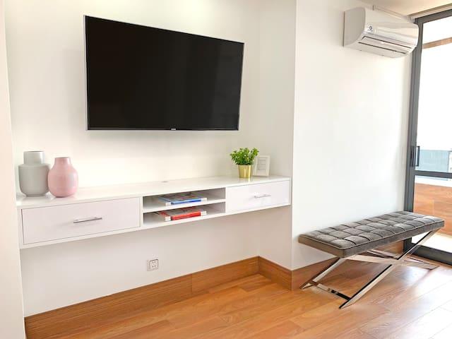 "Master Suite with 49"" Smart TV (complimentary Netflix)  - Suite Principal con Smart TV de 49"" (Netflix incluido)"