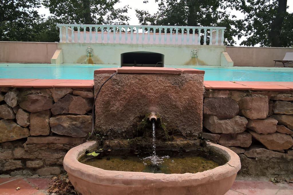 une source devant l'ancien bassin transformé en piscine
