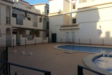 Apartamento bungalow nuevo con piscina comunitaria - San Pedro del Pinatar - Domek parterowy