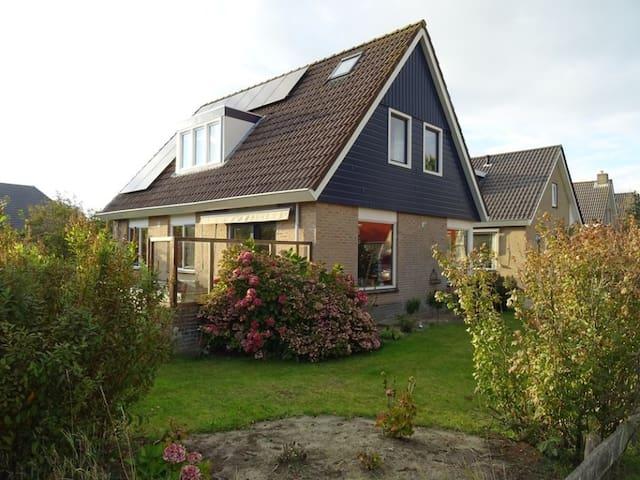 Vrijstaand huis met ligbad en heerlijke tuin - Buren