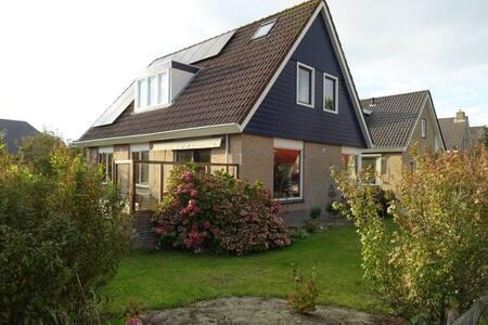 Vrijstaand huis met ligbad en heerlijke tuin - Buren - Casa