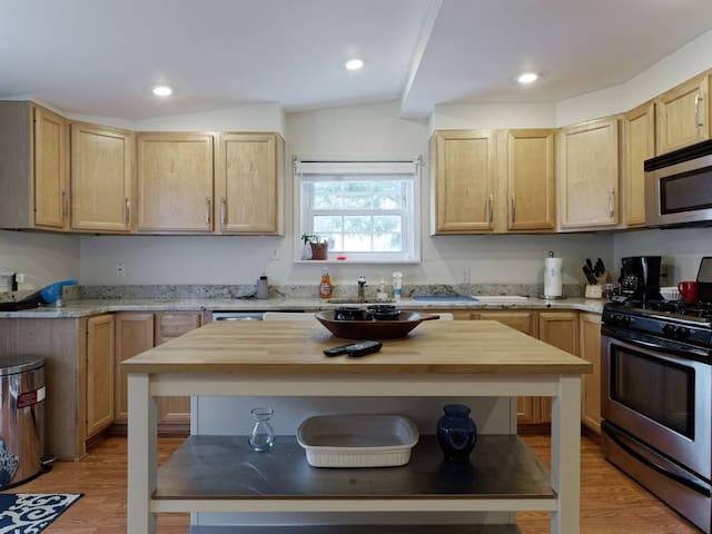 Spacious 2-BR in the Heart of Fed Hill w/ parking!