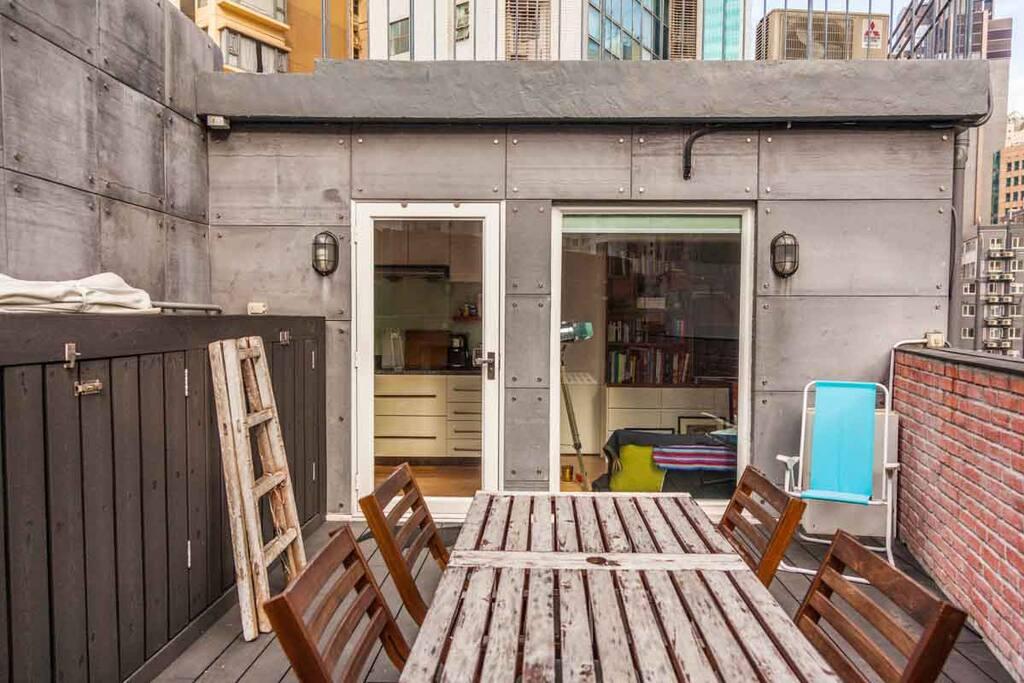 Modern bohemian rooftop oasis appartements louer wan chai hong kong hong kong - Farbiges modernes appartement hong kong ...