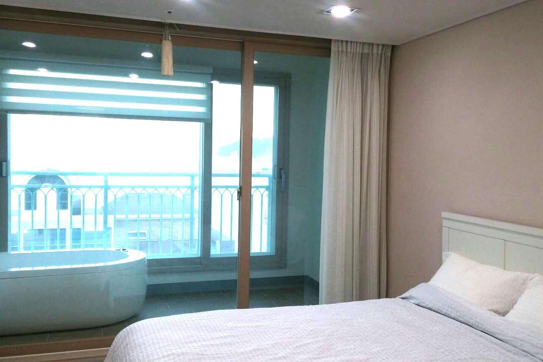방3. 침대방 - 퀸사이즈 침대, 스파욕조 포함. 바다전경
