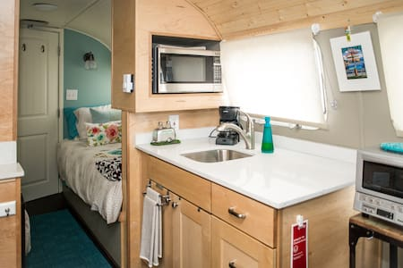 Airstream Guesthouse, near airport! - Burien - Campingvogn