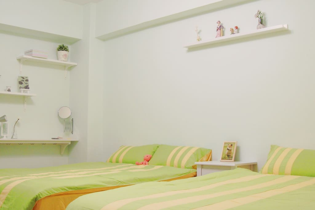 Double Bed x 2, single soft bed x 1 if needed,can live 5 people (兩張雙人大床,若需要還可再增加1單人軟床,可住5個人)