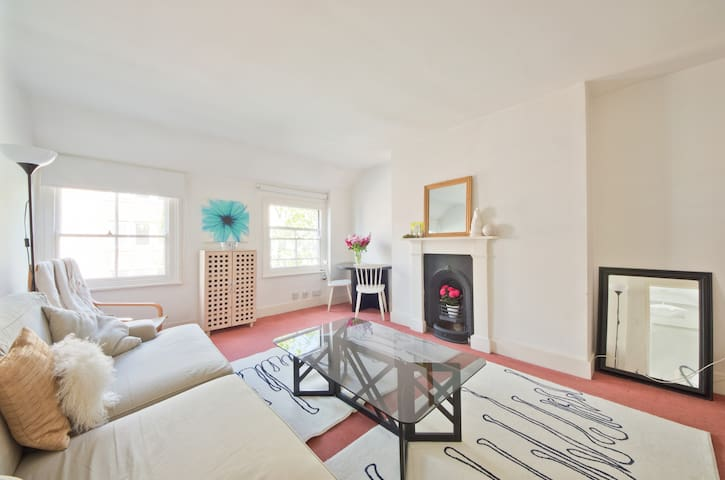 PERFECT CENTRAL LOCATION: FAB FLAT!