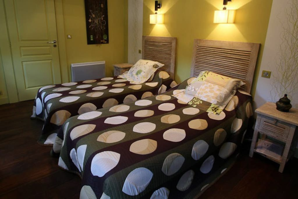 suite familiale pour 3 2 chambres bed and breakfasts for rent in oloron sainte marie. Black Bedroom Furniture Sets. Home Design Ideas